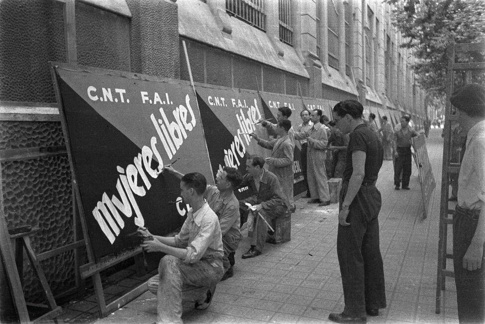 https://roarmag.org/wp-content/uploads/2019/12/Cartelistas-CNT-FAI-Barcelona_EDIIMA20191213_0925_19.jpg